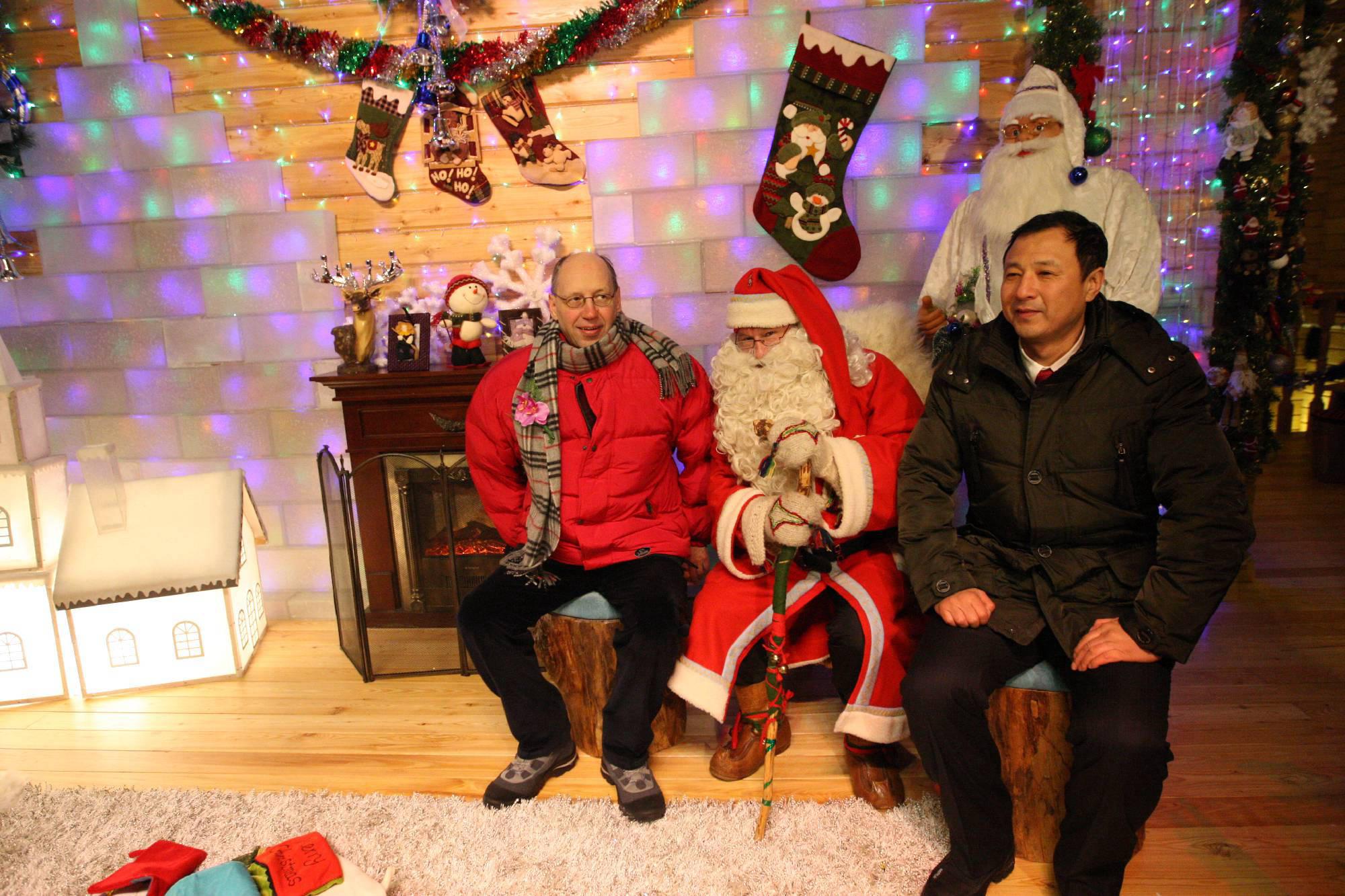 Pekka-pukkia, Suomen Kiinan suurlähettiläs Hra Lars Bäckström ja Heilongjiangin provinssin varakuvernööri Hra Sun Yao.